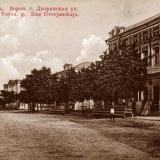 Построенное в 1870-е гг. двухэтажное кирпичное здание Бондаревских с магазинами (ул. Шолохова, 6).