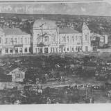 дом(а внижних этажах магазины)купца II гильдии Петра Куранова и на месте сегоднешнего парка торговля.